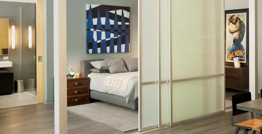 Спальная зона со стеклянной перегородкой