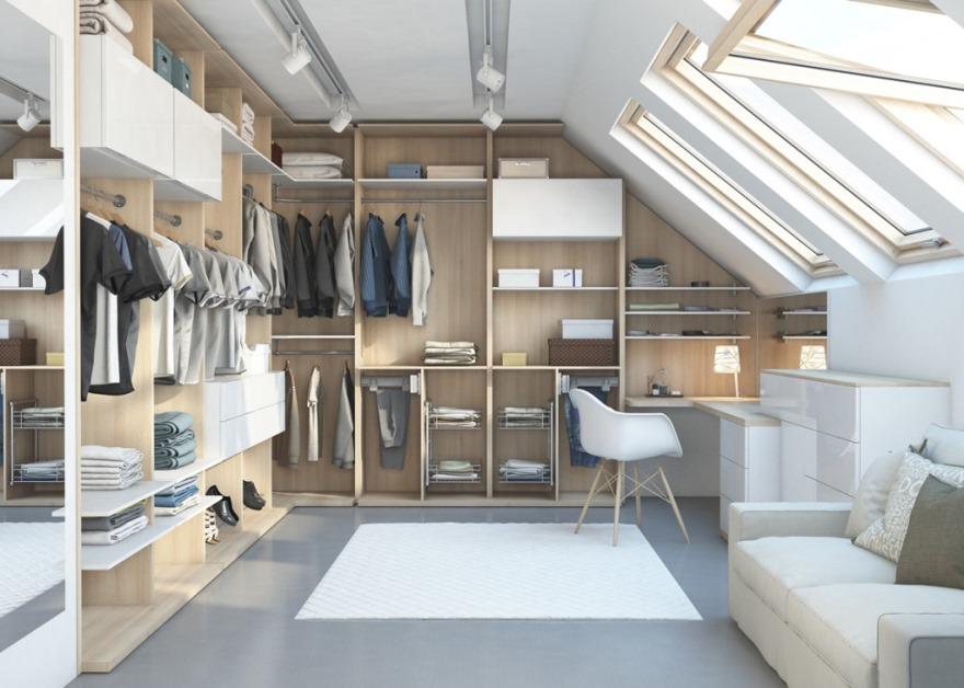 Вместительная гардеробная в чердачном помещении