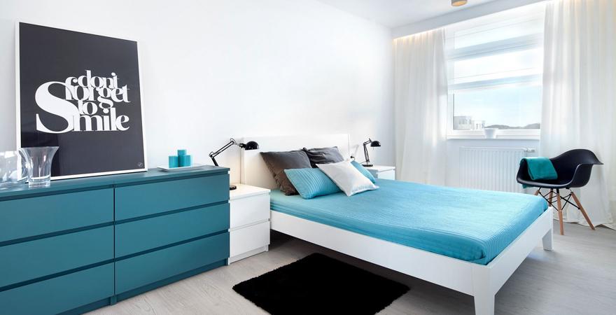 Дизайн спальни в стиле минимализм с ярким акцентом