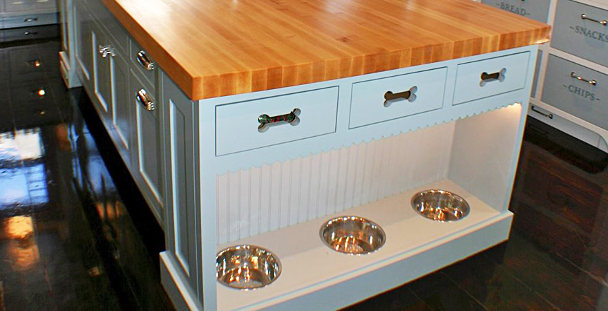 Кухонный гарнитур со встроенными мисками для животных