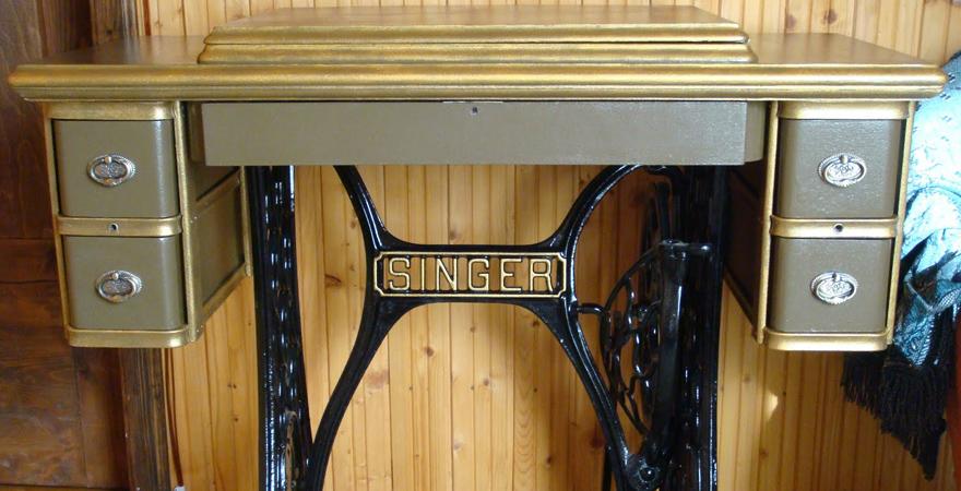 Старая швейная машинка в интерьере