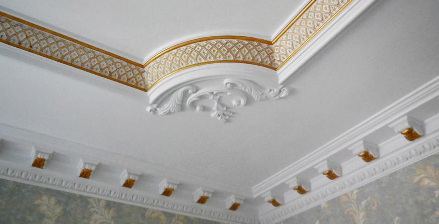 Потолок с лепниной в английском стиле
