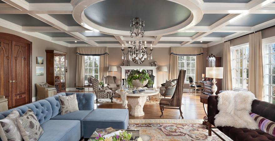 Кессонированный подвесной потолок с люстрой в английском стиле