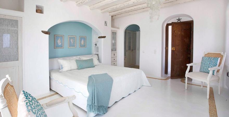 Кровать в арке в средиземноморском стиле