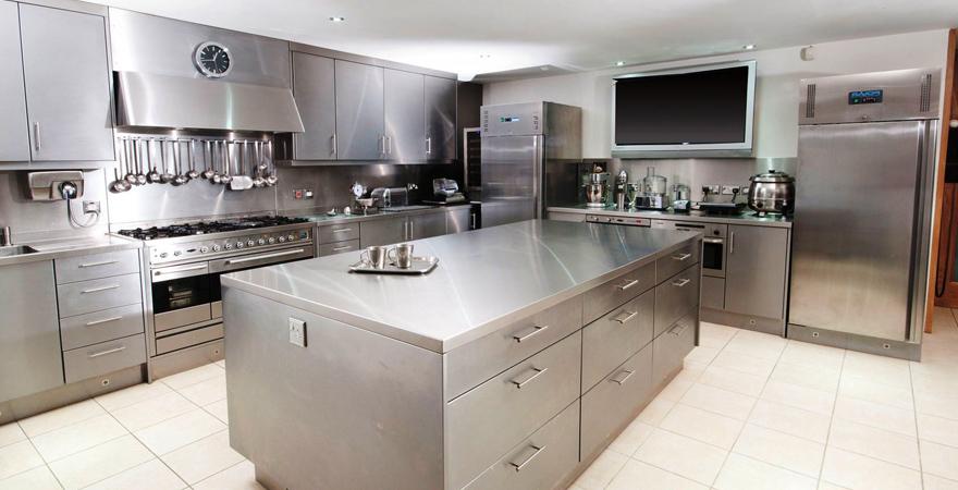 Металлическая мебель на кухне хай-тек