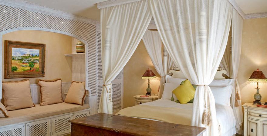 Кровать с балдахином в спальне в средиземноморском стиле