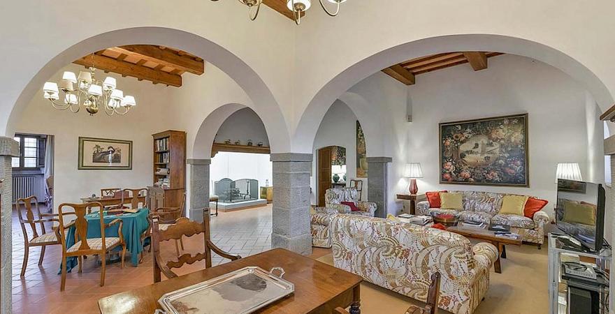 Арка в гостиной в средиземноморском стиле