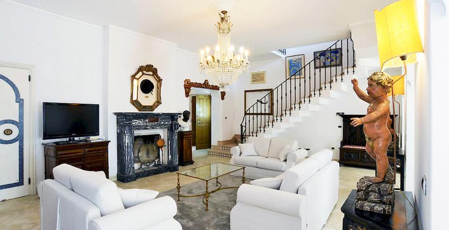 Кованая мебель в гостиной в средиземноморском стиле