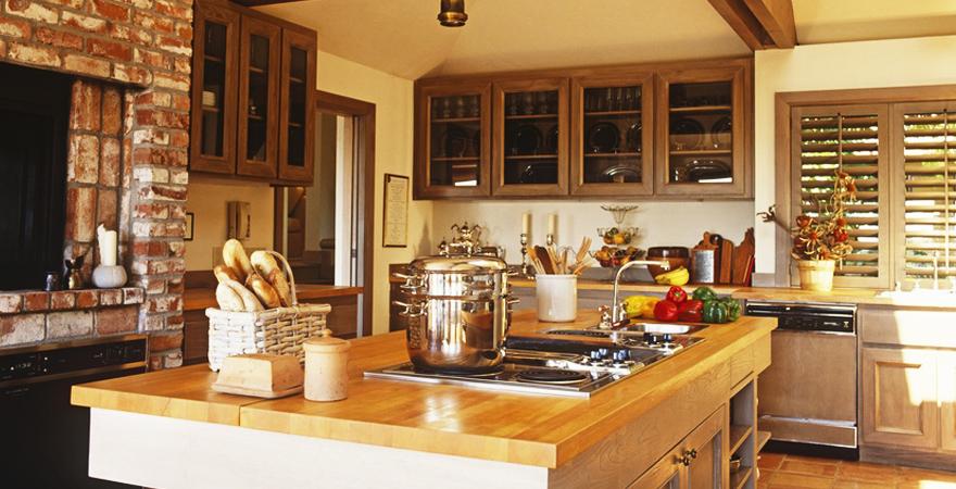 Кухня с деревянной столешницей в средиземноморском стиле