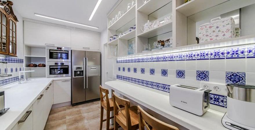 Кухонный фартук с изразцами в средиземноморском стиле