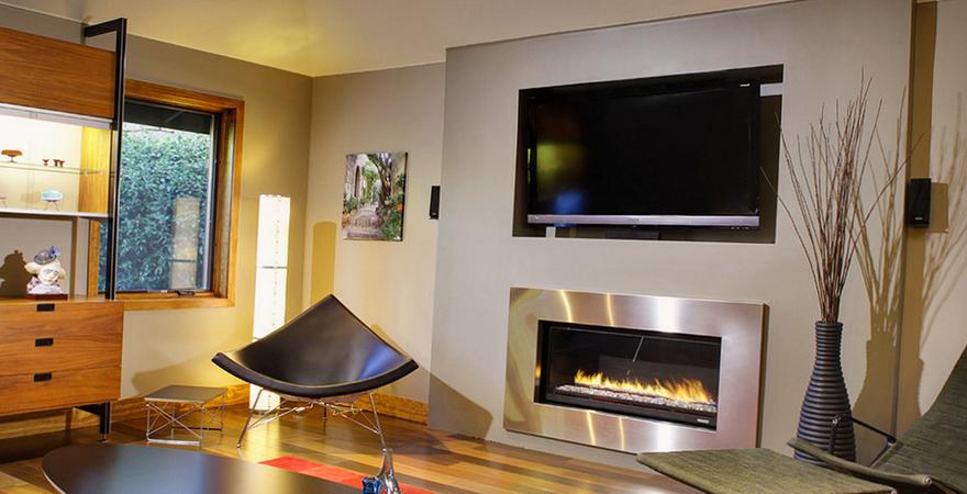 Телевизор в нише в гостиной хай-тек