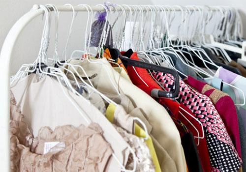 Как организовать открытый гардероб в спальне
